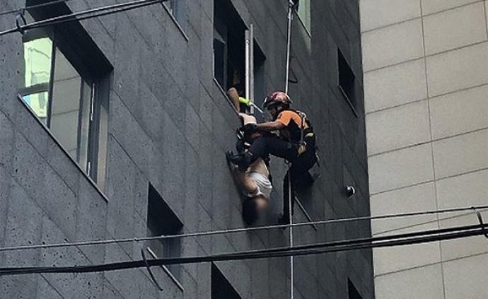中國女游客在韓國跳樓被路人抓住雙腳,倒掛40分鐘后獲救