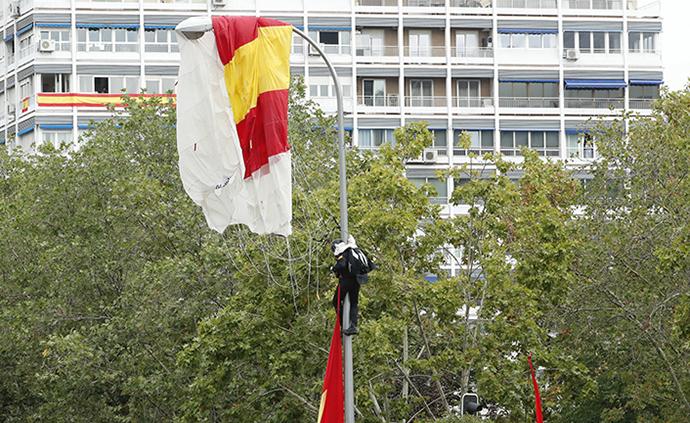 早安·世界|西班牙国庆阅兵现囧事,跳伞者挂在路灯上