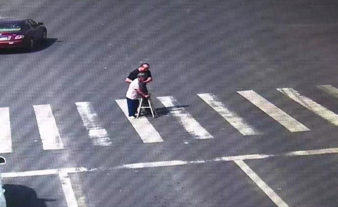 车流静止5分钟!司机扶蹒跚老人过马路