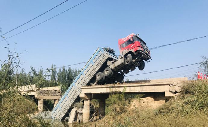 山東濱州一寬4米的小橋被大貨車壓塌,現場無人員傷亡