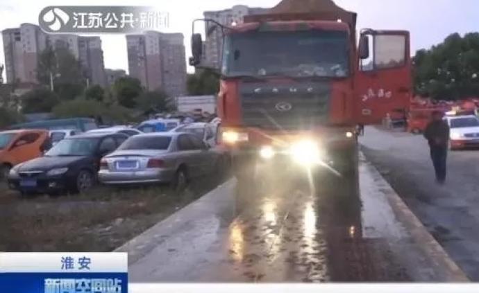 """6輛""""百噸王""""半夜組團上路超載逾100%,被江蘇交警查獲"""