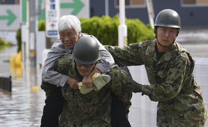 """日本出動自衛隊參與強臺風""""海貝思""""救災"""