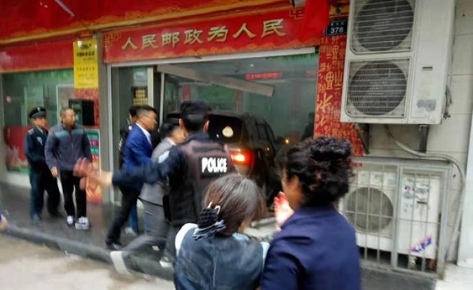贵州贵阳经开区一辆越野车冲进银行,已致1死数伤