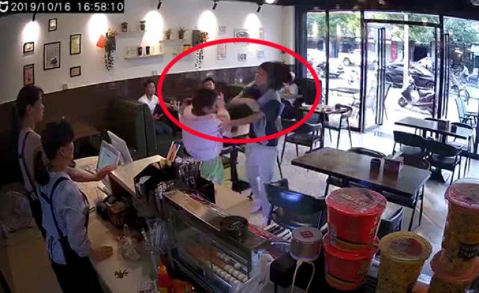 女子插隊結賬被打?警方:結賬擦碰引糾紛,打人者被拘15日