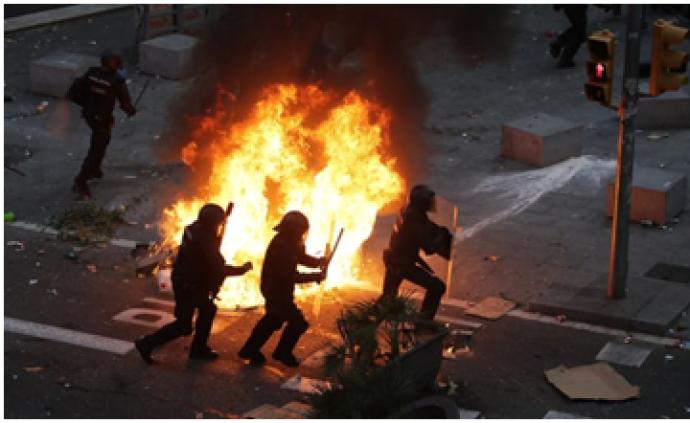 西班牙加泰羅尼亞爆發5日來最大規模抗議活動,警方強勢清場