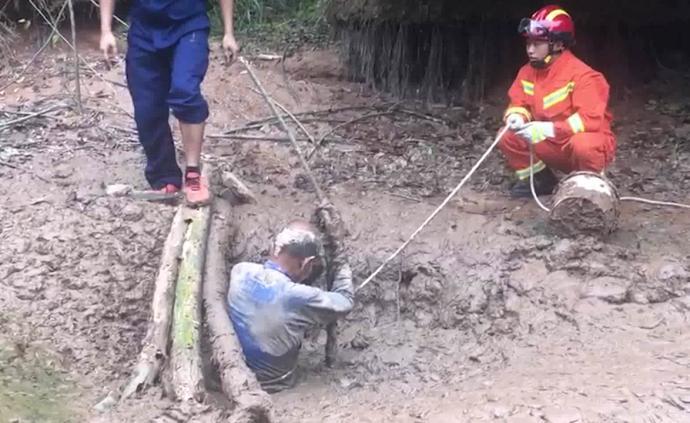 独居老人被困泥潭1天,消防徒手救出