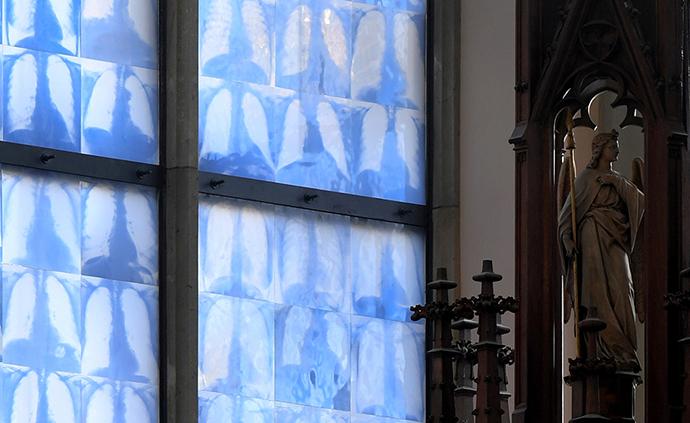 早安·世界|德一教堂新裝彩繪玻璃窗,由民眾肺部X光片組成