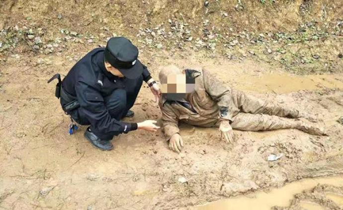 暖聞|瀘州67歲老人走失一夜,滿身泥濘躺在路邊被民警救起