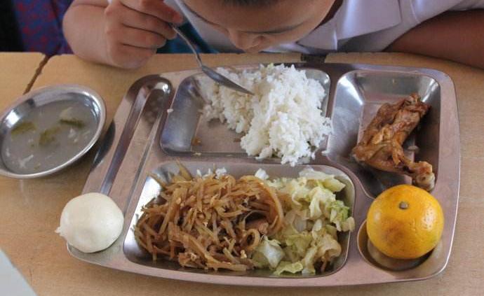 """動員學生到""""小飯桌""""吃飯并補課,蚌埠一小學教師被通報批評"""