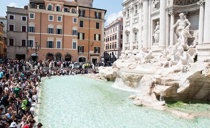 """为防止游客跳进去,罗马""""许愿泉""""前可能要装栏杆了"""