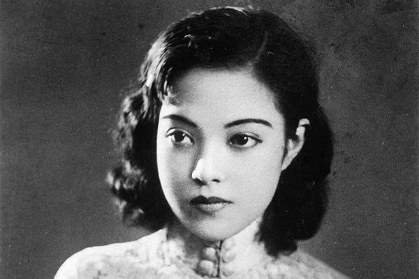 """李香兰本名山口淑子,是老上海""""七大歌后""""中唯一的外籍歌星。1944年在上海与黎锦光合作发行《夜来香》。"""