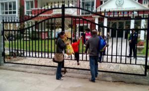 西安一国际幼儿园老师虐待幼儿关黑屋:暂停招生开除涉事教师