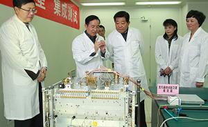 贾庆林14日到清华大学视察调研,参观无人机等科研项目