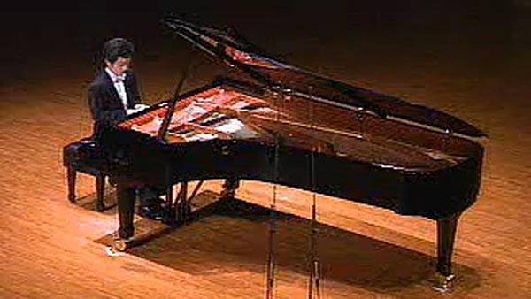 10月17日上午,在上海东方艺术中心举办的东方市民音乐会上,钢琴家沈文裕在音乐会结束后加演了清澈缱绻的《夜曲》和运指如飞的两个不同版本的《野蜂飞舞》,主持人张明问他,为什么选择又加演了三首曲子呢?是因为今天的观众让你兴奋吗?