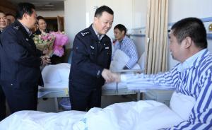 江苏民警赴广西抓嫌犯遭当地人围殴,把自己跟嫌犯拷在一起