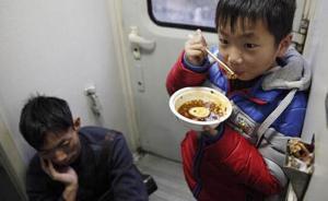 舌尖上的春运|火车第一美食还是泡面,不过大叔有自制水烟