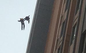 上海高楼火灾,两消防员被气浪掀翻坠下13楼