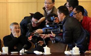 开始小组讨论前赵本山擦了擦脸。 CFP 图