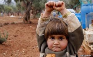 把镜头认成枪,叙利亚小女孩举手投降?BBC确认这是真事