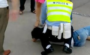 跪压车主连续怒吼要求其认错道歉,深圳一交警被指暴力执法