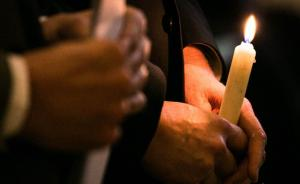 2015年4月15日,上海摩西会堂,在沪犹太人点燃蜡烛,悼念大屠杀的死难者。2015年是二战胜利70周年,以色列领事馆组织在沪犹太人举行烛光悼念活动,德国驻沪领事,以色列驻沪领事,遇难者家属发表悼词。  澎湃新闻记者 贾亚男 图