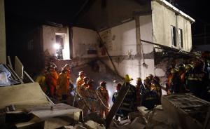上海一栋两层民宅因液化气爆炸坍塌,5人被困已全部救出送医