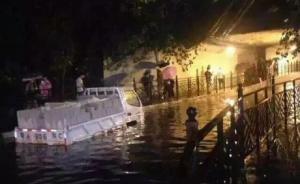 广州深夜发布暴雨红色预警信号,部分快速路水浸交通中断