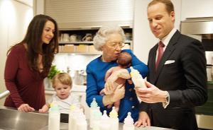 趣看| 女王亲自为小公主换尿布,真的有图有真相吗?