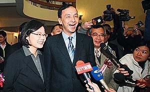 """台湾民调称2016大选""""英伦大战"""",朱立伦或以1%小胜"""