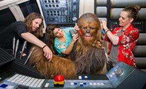 2015年5月12日,英国伦敦,工作人员在制作电影《星球大战》(Star Wars )里的角色楚巴卡的蜡像。该电影一系列的蜡像将在杜莎夫人蜡像馆展出。