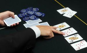 南京警方查处一起德州扑克赌博案,有人开着玛莎拉蒂去酒吧玩