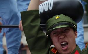 """在""""打地鼠""""游戏中""""新四军战士""""打击""""日本兵""""。 东方IC 图"""