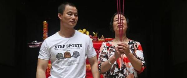 黄兴从监狱回到家中祭祖,和母亲一起跪拜,母亲泪流满面。 澎湃新闻记者 权义 图