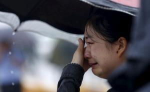 """3日上午11时,一位""""东方之星""""船上人员的家属在监利江段岸边抹泪。"""