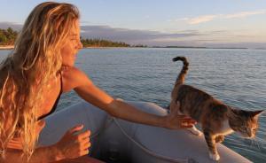 妹子和喵,喊你上船环游世界
