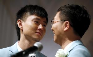 段荣峰(音)在婚礼上注视着自己的伴侣,不禁流泪,他们已经在一起11年。