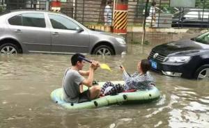 """上海嘉定区暴雨成""""威尼斯"""":26个桥洞封闭,居民划艇出行"""