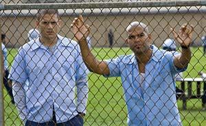 制服看守抢到武器打开监狱大门,301名囚犯跑了