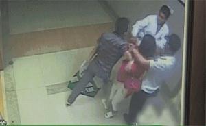 写错患者名字上海两名医生遭家属脚踹扇耳光,监控拍下全过程