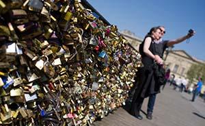 """巴黎""""爱情桥""""被爱意压垮,市民请愿叫停悬挂""""情人锁"""""""