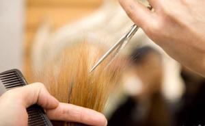 上海一女子在美发店消费1.2万,钱不够回家拿遭理发师强奸