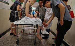 上海市最大客流地铁站,婴儿车卡入扶梯致10人伤