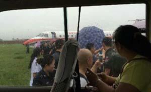 """东航客机雨天降落冲出跑道无人伤,或因过分追求""""轻着陆"""""""