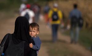 """中东欧国家互相推诿,用火车把难民""""塞""""入邻国并严控边境"""