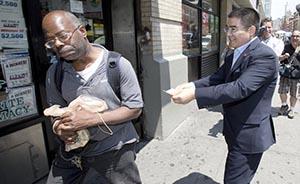陈光标纽约街头派发百元美金并唱歌,遭部分人拒绝
