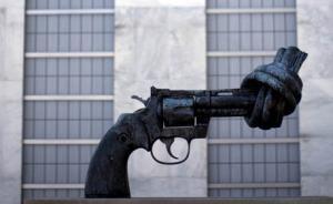 """联合国总部内有不少极具意义的""""礼物""""。这个雕塑矗立在联合国总部公众入口的广场,由卢森堡联合国总部联合国总部赠送。弯曲打结的枪管表示了人们对非暴力的向往,以及呼吁国际裁军行动。"""
