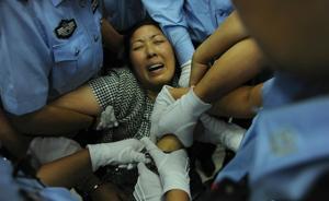 南京虐童案庭审|被告人用头撞墙欲自杀,法院当庭对其逮捕
