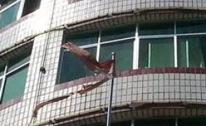 网曝江西一镇政府新大楼旁挂破旧国旗,当地回应称已取下