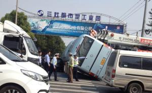 上海一小学秋游途中大巴被追尾侧翻,44名学生送医后无大碍
