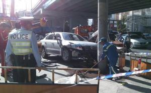 上海桑塔纳轿车失控冲上街沿撞死1人,警方已介入
